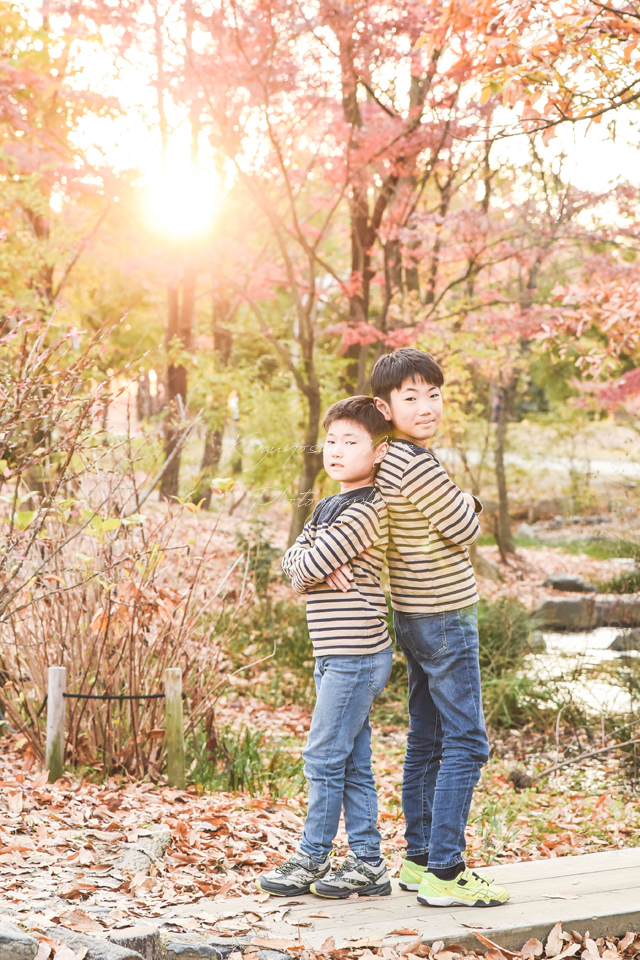 大阪の出張撮影カメラマンの鶴見緑地公園紅葉ロケ家族写真撮影会